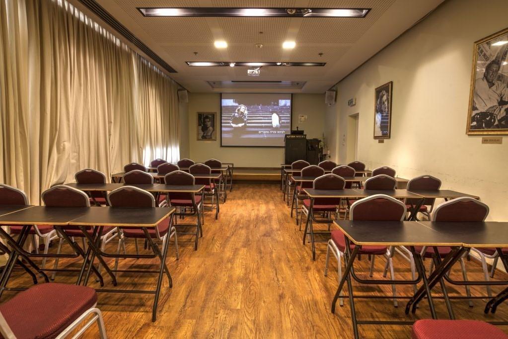зал школы медитации в Израиле